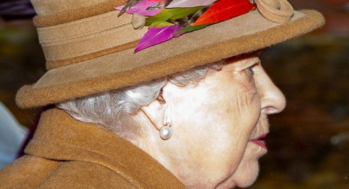 Kraljica-Elizabeta-II-nosi-slusne-aparate-audio-bm-slusni-centri-info-blog