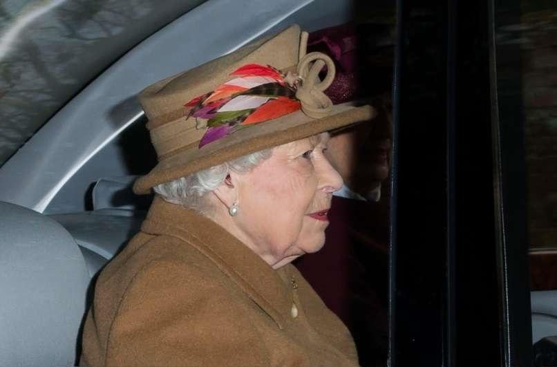 Kraljica-Elizabeta-II-nosi-slusne-aparate-foto-cic-audio-bm-slusni-centri-info