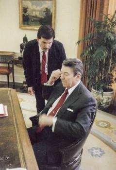 Predsednik-Ronald-Reagan-uporablja-slusne-aparate-od-leta-1983-audio-bm-novice
